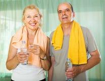 Ηλικιωμένο ζεύγος μετά από να εκπαιδεύσει Στοκ εικόνες με δικαίωμα ελεύθερης χρήσης