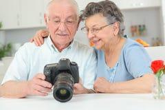 Ηλικιωμένο ζεύγος με τη κάμερα υψηλής ταχύτητας Στοκ εικόνες με δικαίωμα ελεύθερης χρήσης