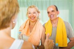 Ηλικιωμένο ζεύγος που μιλά στον εκπαιδευτή Στοκ Εικόνα