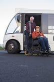 Ηλικιωμένο ζεύγος που παίρνει από το κοινοτικό λεωφορείο τους στοκ φωτογραφία