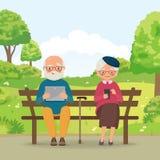 Ηλικιωμένο ζεύγος στο πάρκο με τις συσκευές Στοκ φωτογραφία με δικαίωμα ελεύθερης χρήσης