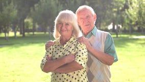Ηλικιωμένο ζεύγος στο υπόβαθρο πάρκων απόθεμα βίντεο