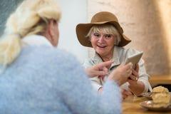 Ηλικιωμένο θηλυκό με μια ταμπλέτα Στοκ εικόνες με δικαίωμα ελεύθερης χρήσης