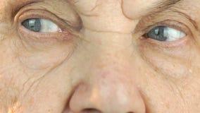 Ηλικιωμένο πρόσωπο γυναικών ` s με τη διατάραξη του βλέμματος του προσώπου απόθεμα βίντεο