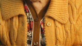 Ηλικιωμένο πλέξιμο χεριών γυναικών φιλμ μικρού μήκους