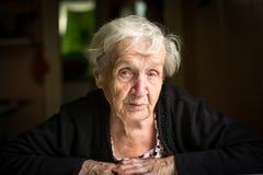 Ηλικιωμένο σκεπτικό λυπημένο πορτρέτο γυναικών Στοκ Εικόνες