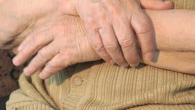 Ηλικιωμένο χέρι γυναικών με το ζαρωμένο δέρμα απόθεμα βίντεο