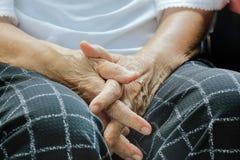 Ηλικιωμένο χέρι γυναικών περιμένοντας στην αναπηρική καρέκλα Στοκ Φωτογραφίες