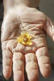 Ηλικιωμένο χέρι με το συμπλήρωμα Στοκ εικόνα με δικαίωμα ελεύθερης χρήσης