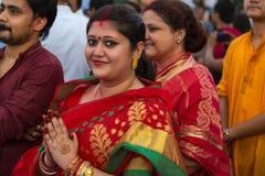 Η ινδή παντρεμένη γυναίκα κρατά τα χέρια της για να πληρώσει το σεβασμό στη θεά Durga στην τελετή βύθισης σε Babughat Kolkata Στοκ φωτογραφία με δικαίωμα ελεύθερης χρήσης