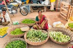 Η ινδική γυναίκα πωλεί τα λαχανικά στην αγορά οδών Στοκ Φωτογραφία