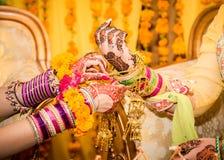 Η ινδική νύφη δίνει να πάρει διακοσμημένη Στοκ Φωτογραφίες