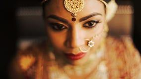 Η ινδική νύφη αυξάνει το κεφάλι της με τα βαθιά μάτια φουντουκιών απόθεμα βίντεο
