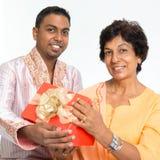 Η ινδική οικογένεια γιορτάζει τα γενέθλια στοκ εικόνα