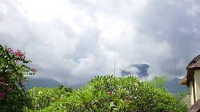 Η Ινδονησία, Μπαλί, σύννεφα κινείται πέρα από το βουνό και έναν τροπικό κήπο, χρονικό σφάλμα απόθεμα βίντεο
