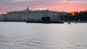 Ηλιοβασίλεμα άνοιξη στο Neva Άποψη του δεμένου υποβρυχίου Πετρούπολη Άγιος απόθεμα βίντεο