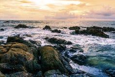 Ηλιοβασίλεμα ή ανατολή θάλασσας στο ζωηρόχρωμους ουρανό και το σύννεφο λυκόφατος Στοκ φωτογραφίες με δικαίωμα ελεύθερης χρήσης