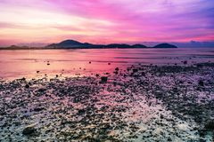 Ηλιοβασίλεμα ή ανατολή θάλασσας στο λυκόφως με ζωηρόχρωμο του ουρανού σύννεφων Στοκ Φωτογραφίες