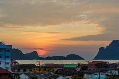 Ηλιοβασίλεμα ή ανατολή υποβάθρου φύσης πέρα από τις πέτρες βουνών και τη θάλασσα Στοκ φωτογραφίες με δικαίωμα ελεύθερης χρήσης