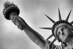 ηλιοβασίλεμα αγαλμάτων της Νέας Υόρκης ελευθερίας πόλεων στοκ φωτογραφία με δικαίωμα ελεύθερης χρήσης