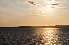 Ηλιοβασίλεμα ανατολής πέρα από τη θάλασσα με το νησί Ιταλία της Σαρδηνίας στο sardegna υποβάθρου Στοκ φωτογραφία με δικαίωμα ελεύθερης χρήσης
