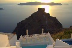 Ηλιοβασίλεμα, απότομος βράχος και πισίνα Santorini Στοκ Εικόνα