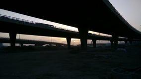 Ηλιοβασίλεμα από κάτω από τις γέφυρες απόθεμα βίντεο