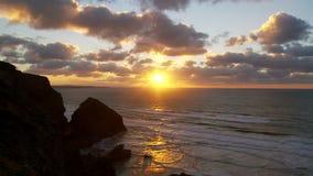 Ηλιοβασίλεμα από τα βήματα Bedruthan, Κορνουάλλη απόθεμα βίντεο