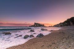 Ηλιοβασίλεμα από την παραλία Taormina Στοκ εικόνα με δικαίωμα ελεύθερης χρήσης
