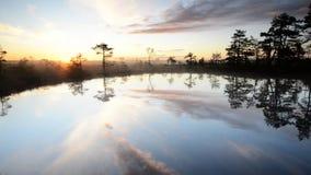 Ηλιοβασίλεμα από τη λίμνη απόθεμα βίντεο