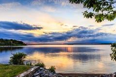 Ηλιοβασίλεμα από τη λίμνη Στοκ Εικόνες