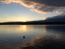 Ηλιοβασίλεμα από τη λίμνη Hillen στη Σουηδία Στοκ εικόνες με δικαίωμα ελεύθερης χρήσης