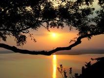 Ηλιοβασίλεμα από Tungabadhra Dam στην Ινδία Στοκ Εικόνες