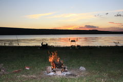 Ηλιοβασίλεμα, αλιεία, πυρά προσκόπων, η τέλεια θεραπεία στοκ φωτογραφία με δικαίωμα ελεύθερης χρήσης