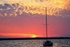 Ηλιοβασίλεμα βαρκών πανιών Στοκ εικόνες με δικαίωμα ελεύθερης χρήσης