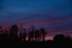 Ηλιοβασίλεμα βουνών στη χώρα Στοκ Εικόνες