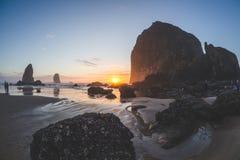 Ηλιοβασίλεμα βράχου θυμωνιών χόρτου Στοκ εικόνες με δικαίωμα ελεύθερης χρήσης