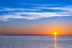 Ηλιοβασίλεμα βραδιού πέρα από το θαλάσσιο ορίζοντα Στοκ Εικόνες