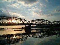 Ηλιοβασίλεμα γεφυρών ποταμών στοκ εικόνα