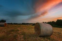 Ηλιοβασίλεμα γύρω από τα δέματα του σανού κοντά στην πόλη Burgas, Βουλγαρία Στοκ φωτογραφία με δικαίωμα ελεύθερης χρήσης