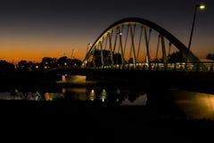 Ηλιοβασίλεμα δεμένη στη κεντρικός δρόμος γέφυρα αναστολής αψίδων πέρα από τον ποταμό Scioto στο Columbus, Οχάιο Στοκ φωτογραφία με δικαίωμα ελεύθερης χρήσης