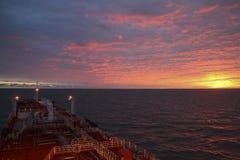 Ηλιοβασίλεμα εν πλω από ένα βυτιοφόρο καυσίμων Στοκ εικόνα με δικαίωμα ελεύθερης χρήσης