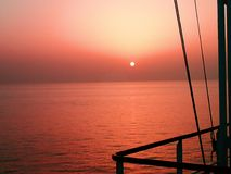 Ηλιοβασίλεμα εν πλω από τη γέφυρα ναυσιπλοΐας Στοκ Εικόνες