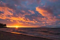 Ηλιοβασίλεμα εν πλω με τα χρωματισμένα σύννεφα στοκ εικόνες με δικαίωμα ελεύθερης χρήσης