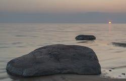 Ηλιοβασίλεμα εν πλω με τις πέτρες και το ήρεμο νερό στοκ φωτογραφίες με δικαίωμα ελεύθερης χρήσης