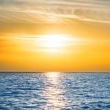 Ηλιοβασίλεμα επάνω από την μπλε θάλασσα Στοκ Φωτογραφία
