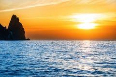 Ηλιοβασίλεμα επάνω από την μπλε θάλασσα Στοκ Φωτογραφίες