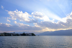 Ηλιοβασίλεμα επάνω από τη λίμνη Erhai, Δάλι, επαρχία Yunnan Στοκ Φωτογραφίες