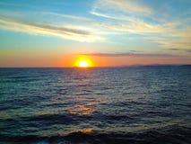 Ηλιοβασίλεμα επάνω από τον ουρανό και τη θάλασσα Στοκ φωτογραφία με δικαίωμα ελεύθερης χρήσης