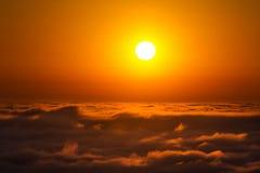 Ηλιοβασίλεμα επάνω από τους ουρανούς Στοκ Εικόνες